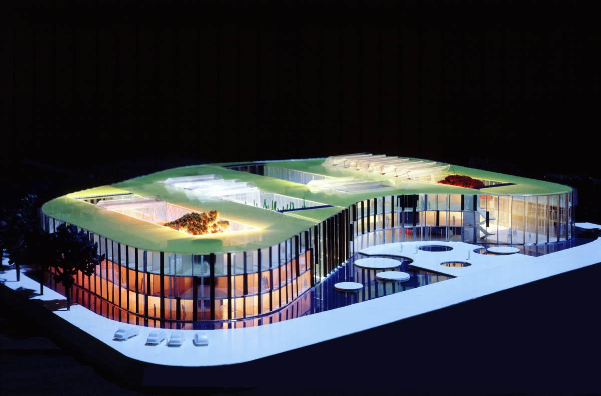 Modellfoto des Landesamts für Umweltschutz in Oppenheim. Die Fassade zieht sich bandartig um das Gebäude.