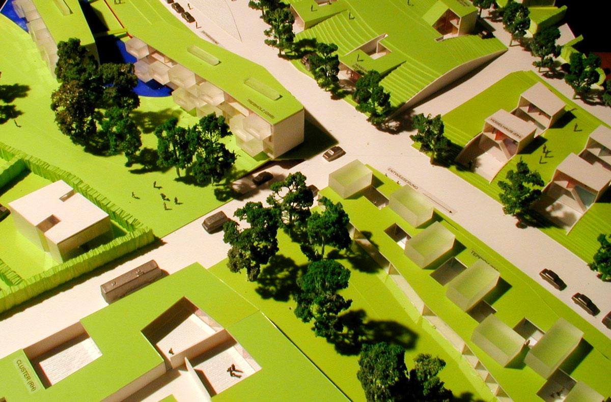 Ausschnitt eines Modellfotos des Wohngebiets Herzo Base in Herzogenaurach. Die übergeordnete Stellung des Grünraums wird im Modell deutlich. Die unterschiedichen Bebauungsfelder fügen sich in den Grünraum und passen sich der jeweiligen Topographie an. Erschließungsstraßen und Baumreihen heben sich ab.