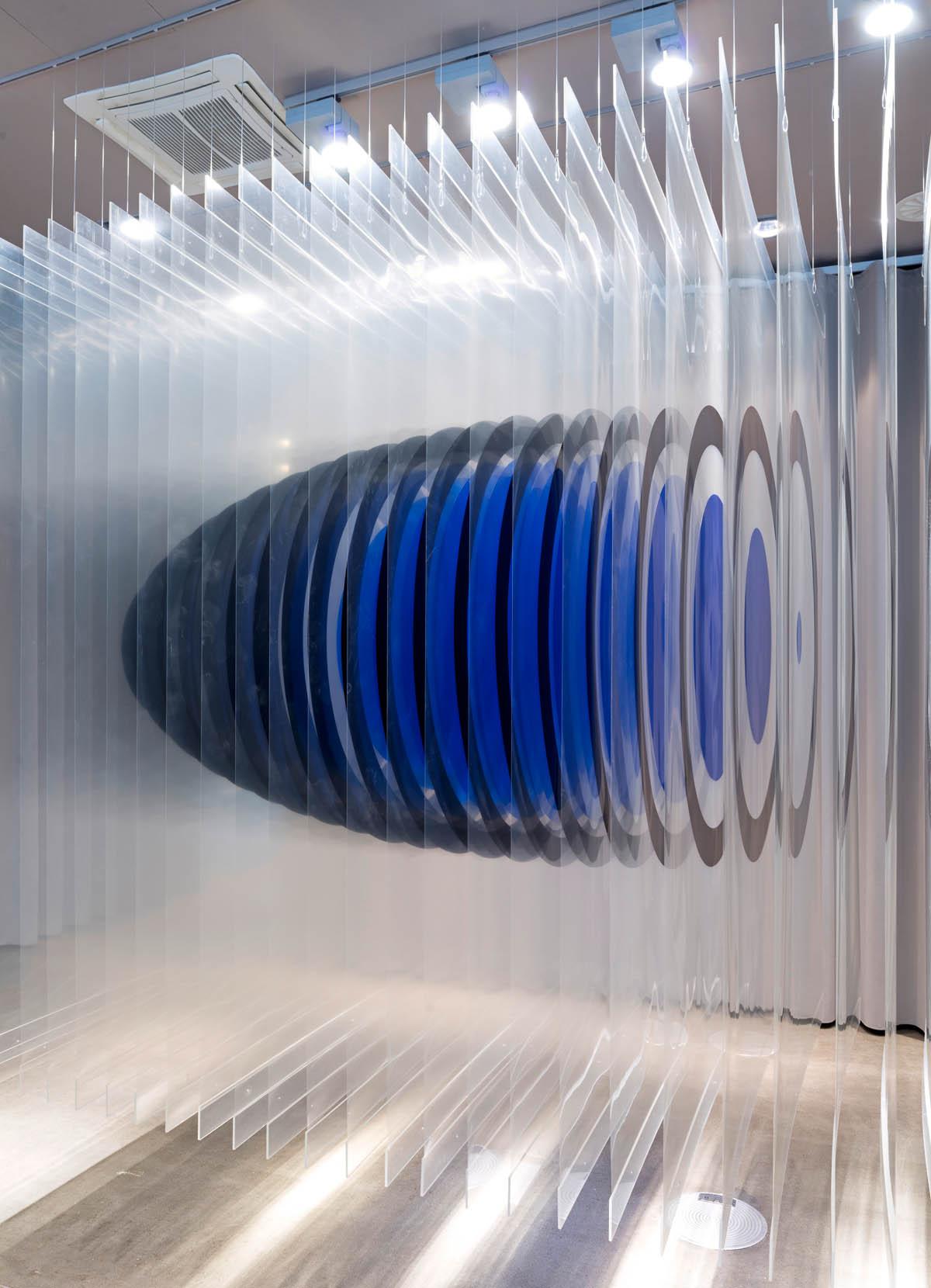 Foto der Rauminstallation 200 μ für die Ampelphase im Vitra Showroom in Frankfurt am Main. Durch Schichtung hauchdünner teilweise transparenter Schnittbilder entsteht ein dreidimensionaler schwebender Körper, der je nach Blickwinkel Einblick in seien innere Struktur bietet.