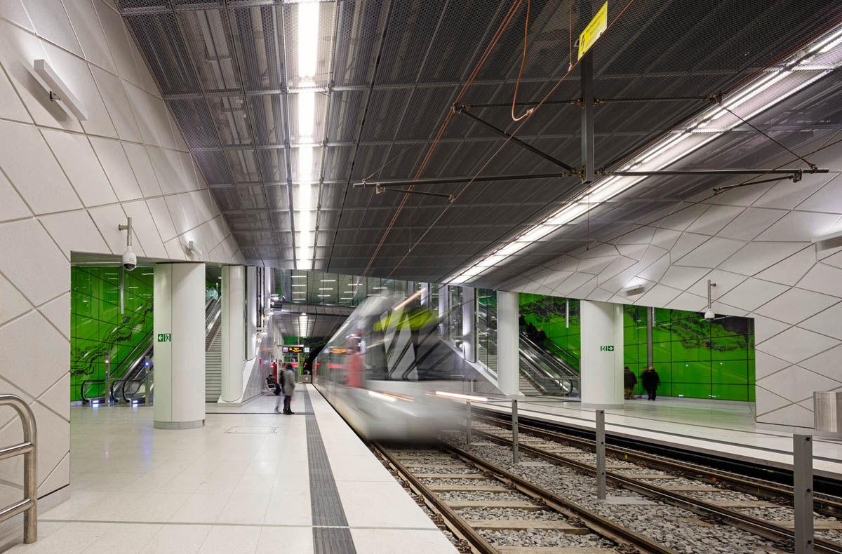 Bild der U-Bahnstation der Wehrhahnlinie Düsseldorf. Blick auf die Zugänge zu den Bahnsteigen.