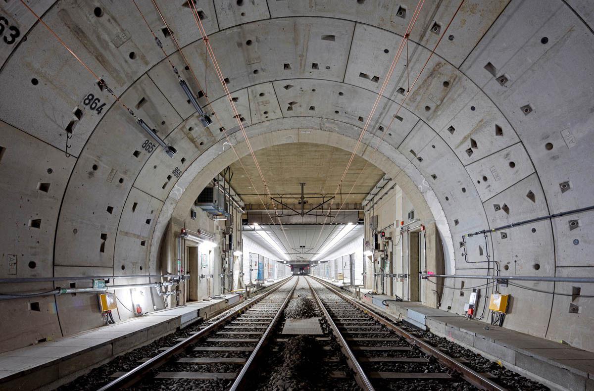 Blick durch den Tunnel der Wehrhahnlinie in Düsseldorf. Der Tunnel ist auf der gesamten Strecke aus Betonfertigteilen (Tübbinger) gebaut.