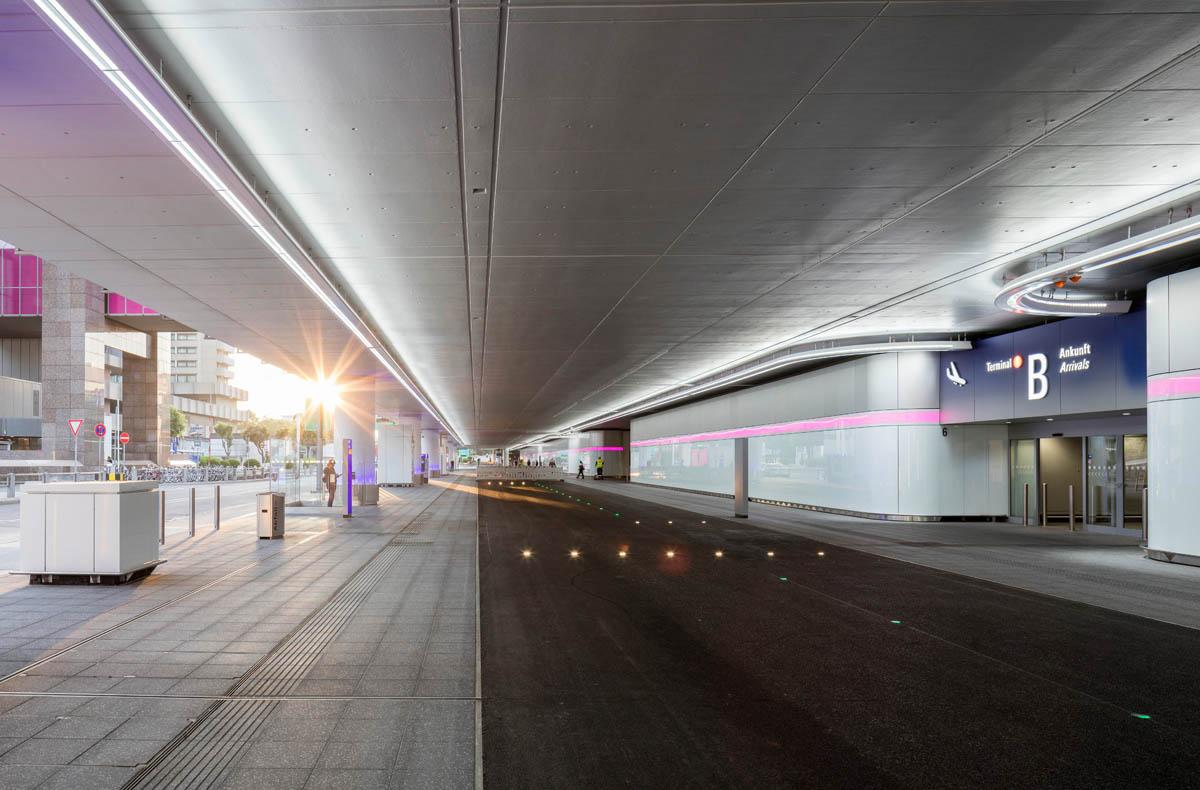 Bild der neuen Vorfahrt am Terminal 1 des Frankfurter Flughafens. Blick die Straße entlang, rechts die neue Fassade des Terminalgebäudes.