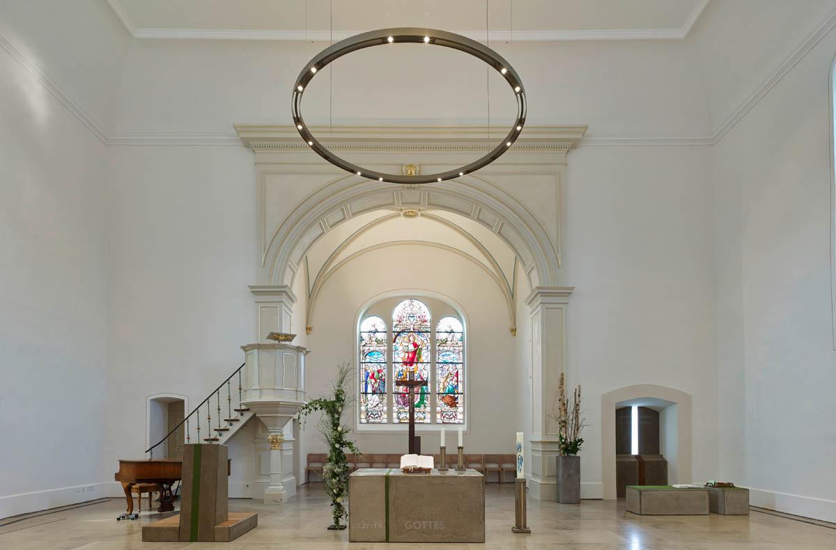 Bild der evangelischen Kirche in Schriesheim. Blick auf den großzügigen Altarraum im Kircheninnenraum.